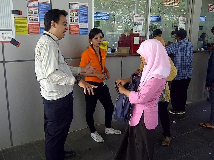 Petugas yang menjelaskan tentang Tiket Harian Berjaminan (THB)