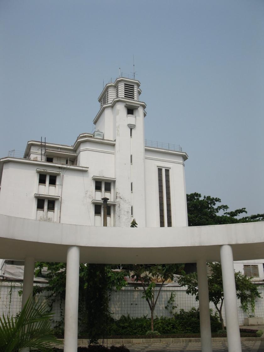 Sisi belakang Museum Bank Mandiri dilihat dari masjid Museum Bank Indonesia