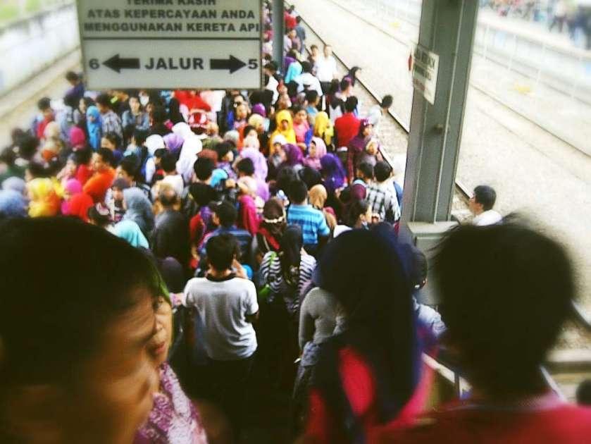 Suasana di Stasiun Tanah Abang ketika kereta telat