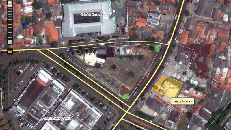 Dekat lampu lalu lintas Pondok Pinang