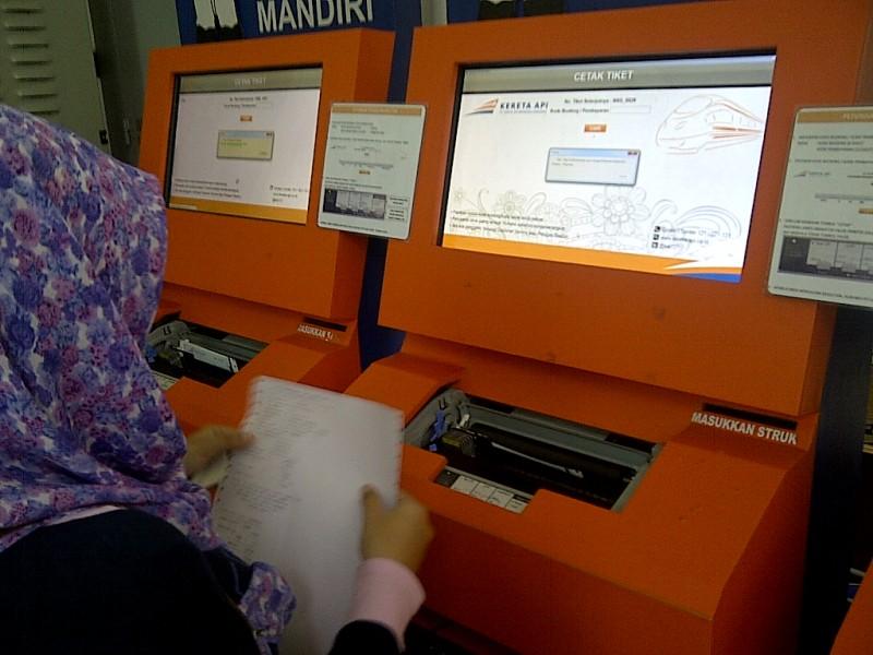 Pengalaman pertama pacar dengan mesin CTM di Stasiun Cirebon