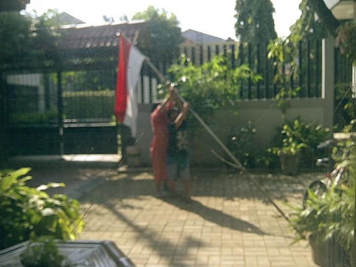 Keponakan dan emaknya mau memasang bendera.