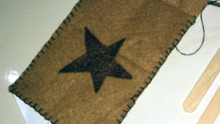 Menjahit pinggiran flanel untuk sarung ponsel menggunakan teknik button hole stitch.